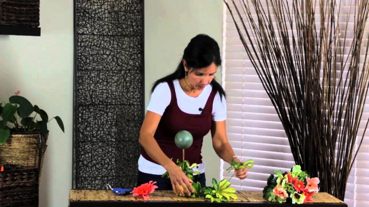How to Decorate a Single Ball Topiary : Simple Decorating Tips