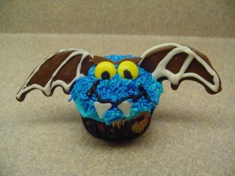 Decorating Cupcakes with yoyomax12: #1 Halloween Vampire bat