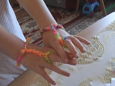 How to make a special bracelet with rubber bands. Speciale armband met ring via een haaknaald