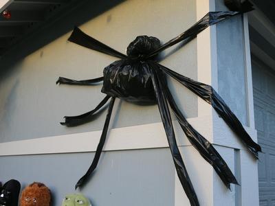 DIY Trash Bag Halloween Spider SUPER EASY