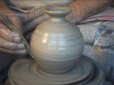 SIMON LEACH - throwing a small bud vase !