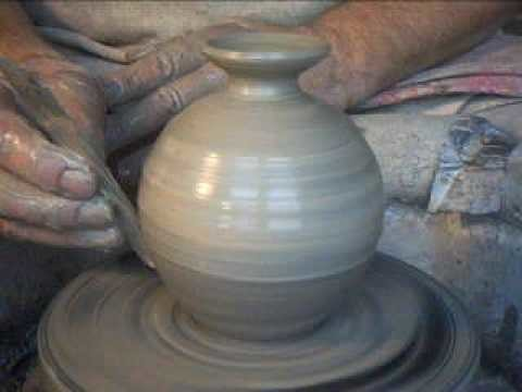 SIMON LEACH - throwing a small bud vase !