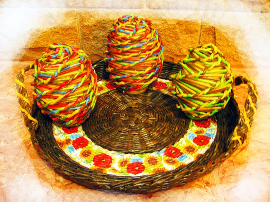 How to weave an Easter egg of recycled newspapers