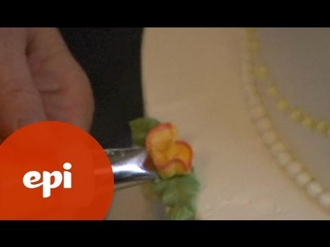 How to Make Your Own Wedding Cake: Piping Leaves and Roses