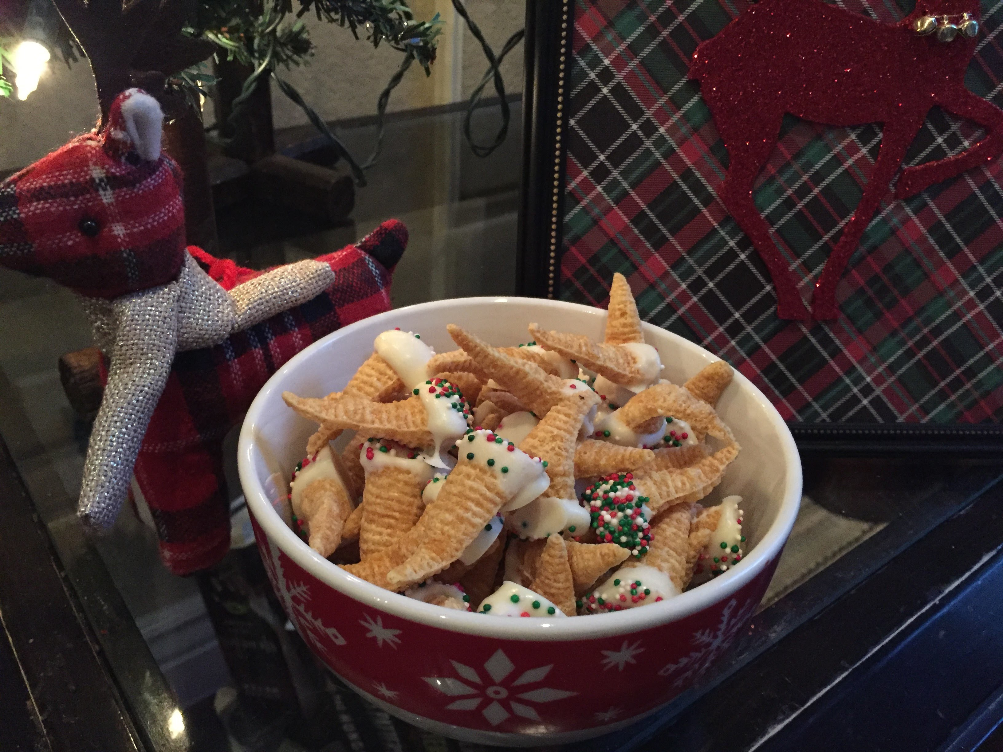 EASY CHRISTMAS PARTY SNACK DIY: White Chocolate Covered Bugles