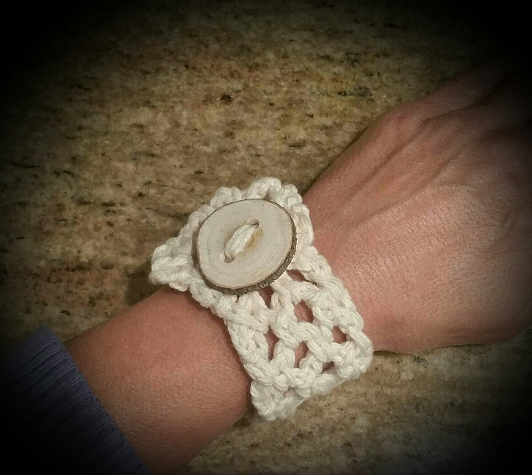 How to crochet a bracelet using cotton yarn