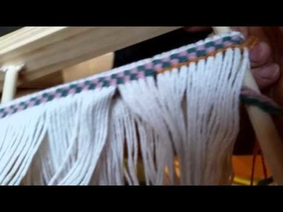 Working with a twining loom - how to twine weft