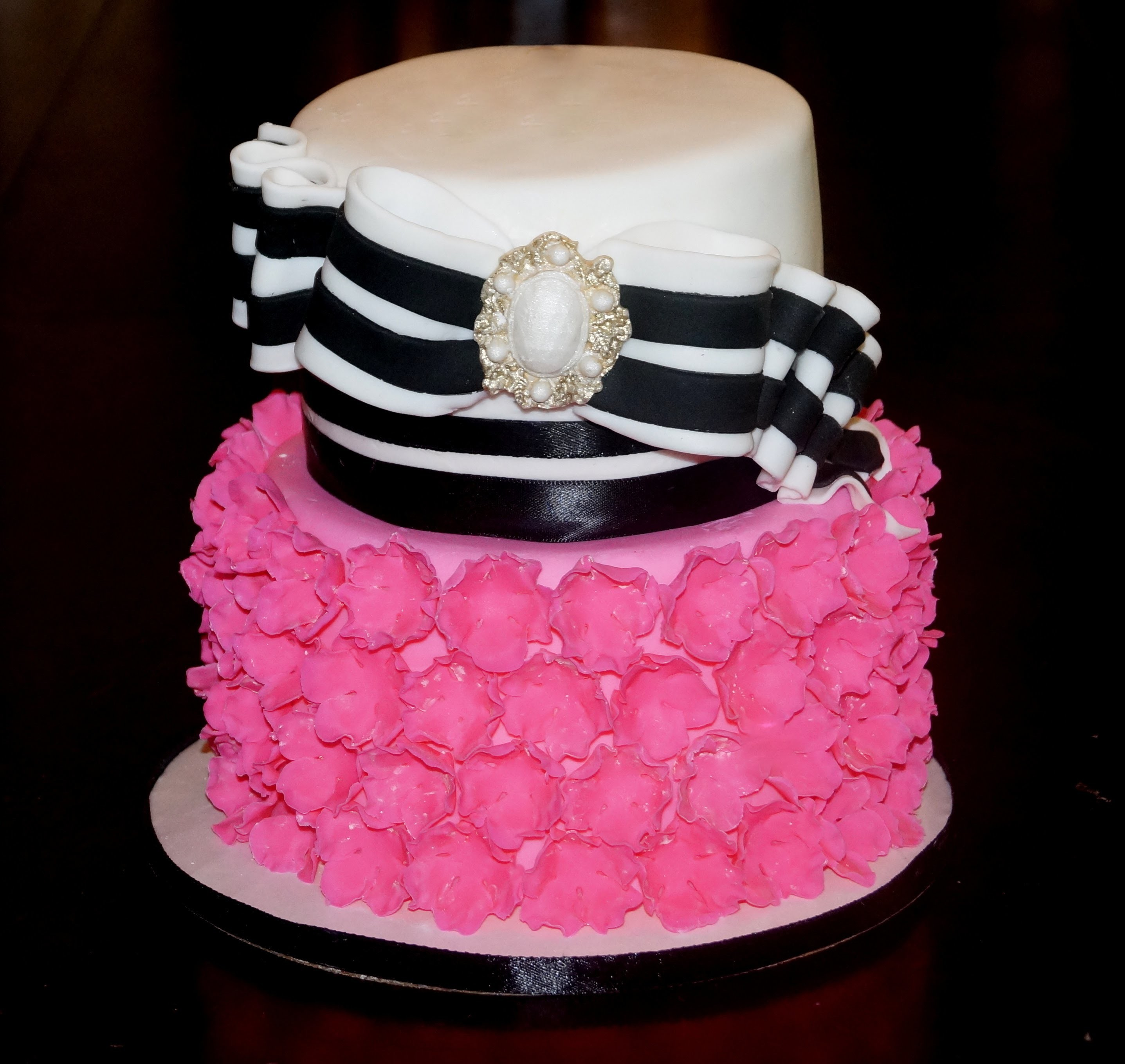 Cake decorating - how to make a striped bow