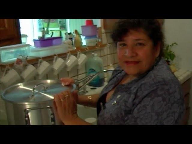 My Mom shows how to make tamales (en Español)