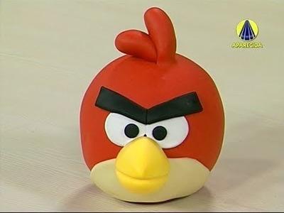 Bia Cravol ensinando a modelar um Cofrinho do Angry Birds em biscuit
