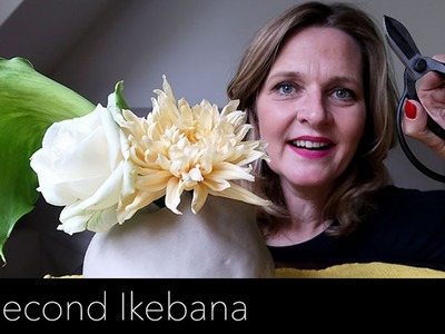 How to make a 30 second ikebana flower arrangement with calla, rose and chrysanthemum.