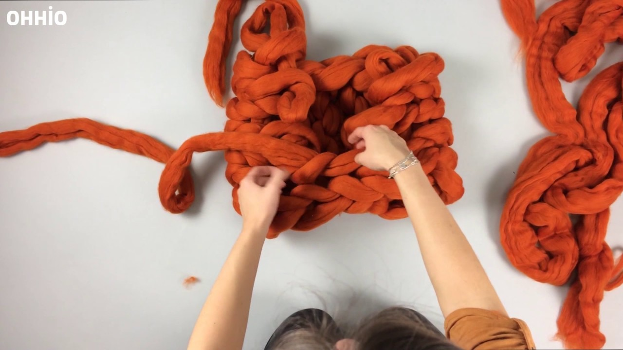 Here's how you arm knit an Ohhio Macaron Cowl