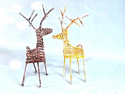Santa Claus reindeer Xmas ornament - Reno navideño reciclando hojas de papel periódico y revistas