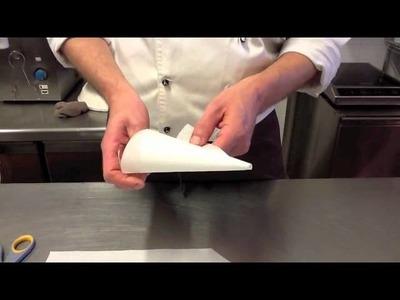 Costruire un sac à poche di carta.how to make a parchment paper piping bag