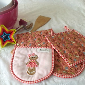 APRON AND OVEN MITTS