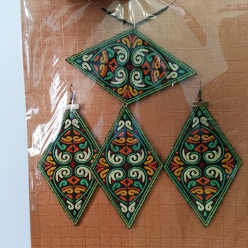 Embroidered jewellery set