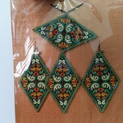 Embroidered jewellery set