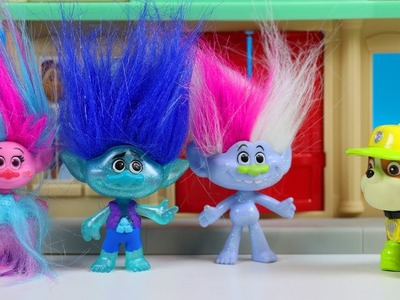 TROLLS Movie Characters Go Caroling for Christmas!