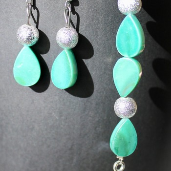 Iridescent Green Teardrop and Glitter Bead Bracelet and Earrings Set