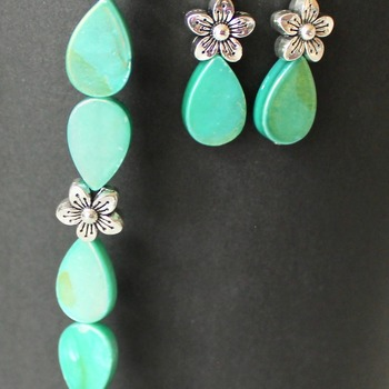 Iridescent Green Teardrop and Flower Beads Bracelet and Earrings Set